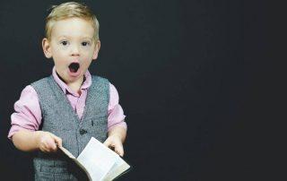 Bambino con libro in mano